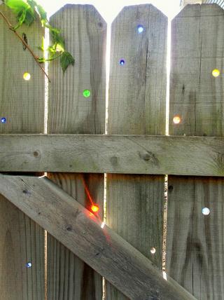 Recinto in legno con biglie colorate