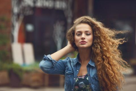 4 Tecniche per Asciugare e Dare più Volume ai Capelli Ricci