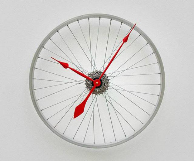 La ruota da bici diventa orologio da parete