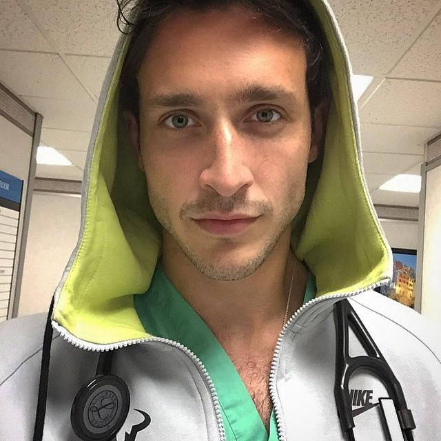 """Mike, il Dottore che Fa Diventare le Fantasie in Stile """"Grey's Anatomy"""" Realtà"""
