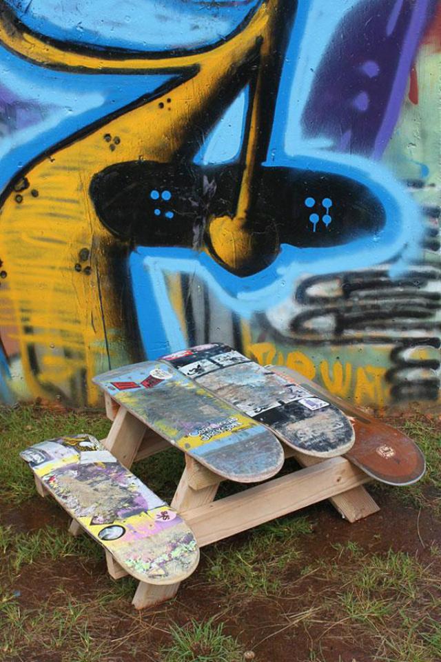 Le vecchie tavole da skate diventano un tavolino da pic-nic per bambini
