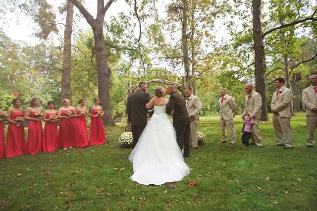 padre e patrigno all'altare con la sposa