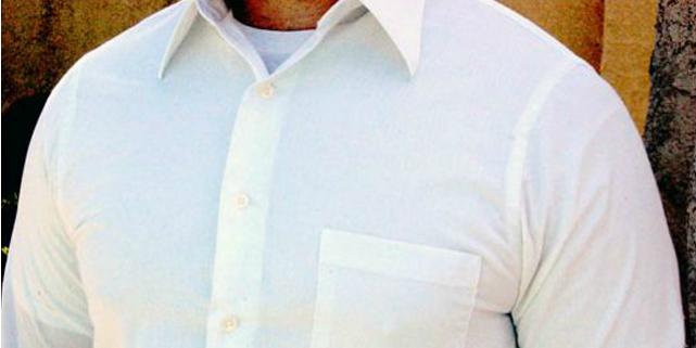 maglietta bianca in vista sotto camicia