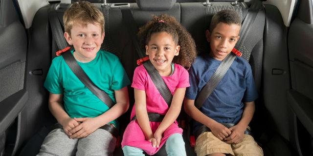 donne basse posto al centro sedile posteriore macchina