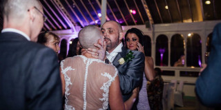 sposa si rasa per solidarietà marito