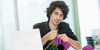 agli uomini piace lavorare a maglia