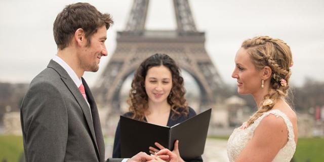 Dicono di No al Grande Matrimonio e Si Sposano 8 Volte in Giro per il Mondo