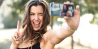 Maniache di Selfie? Attenzione: i Vostri amici non Pensano che Siate così Belle
