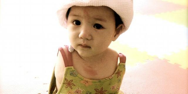 Sophi la bambina senza braccia che fa tutto con i piedi