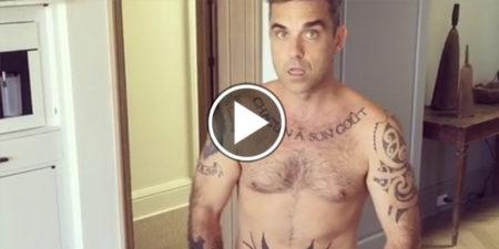 Robbie Williams nudo e coperto solo da una torta: la moglie condivide il video su Instagram