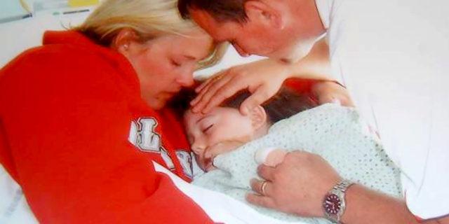 Il momento in cui una madre sente per la prima volta il battito cardiaco della figlia morta dopo 10 anni