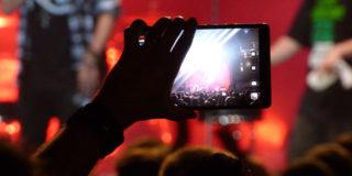 Smartphone proibiti concerti arriva Yondr custodia disattiva cellulare