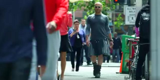 """Basta alla tirannia dei pantaloni. """"Ecco perché gli uomini devono indossare le gonne"""""""