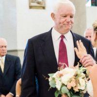 La sposa accompagnata all'altare dall'uomo che ha ricevuto il cuore di suo papà