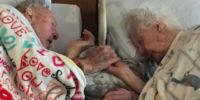 Lui stringe la mano di lei fino alla fine: la foto che fa commuovere il mondo intero