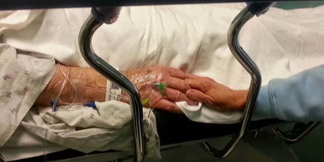 """I genitori sono in ospedale, le mani strette l'una nell'altra: """"Mia madre ha l'Alzheimer, ma il suo cuore ricorda"""""""