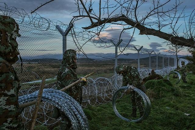 Soldati macedoni stendono una barriera di filo spinato al confine con la Grecia, tra Gevgelija e Idomeni. Mauricio Lima