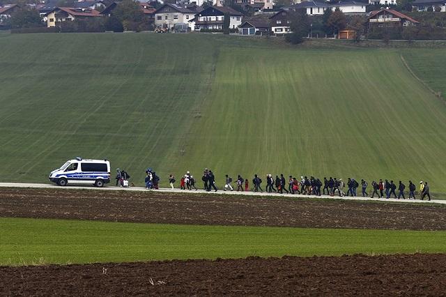 Migranti scortati dalla Polizia verso un centro di identificazione in Germania, Michael Dalder, Reuters