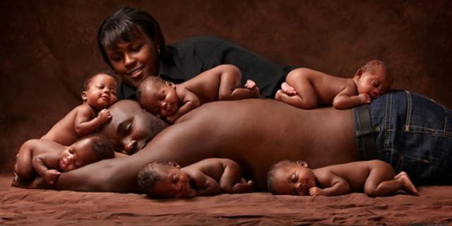 Foto di famiglia con 6 gemelli: ricreano questa foto virale 6 anni dopo