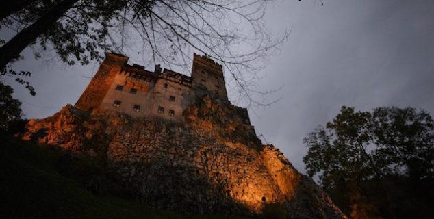 Notte di Halloween: per la prima volta dal 1948 sarà possibile dormire nel castello di Dracula. In una bara