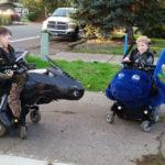Suo figlio ha la distrofia: il papà crea splendidi costumi di Halloween per bambini sulla sedia a rotelle