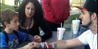 """""""Mamma è morta ieri sera di overdose"""": l'annuncio al figlio ripreso in un video postato su Facebook"""