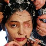 Il coraggio di Rehsma, sfigurata dall'acido: sfila a New York e posta tutorial di make-up