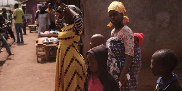 Kenya: una 15enne su 10 si prostituisce per far fronte alle mestruazioni