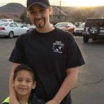 Mamma single si traveste da papà per accompagnare il figlio all'evento della scuola