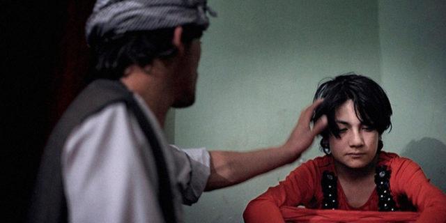 Il dramma dei bacha-bazi: i bambini schiavi sessuali che ballano vestiti da femmina