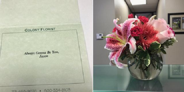 Divorziano dopo 19 anni: lui le invia questi fiori con questo biglietto