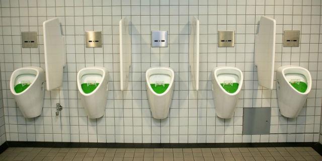 Le abitudini nei bagni pubblici: ecco qual è la toilette più pulita per le donne