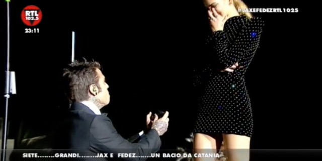 Fedez, la proposta di matrimonio a Chiara Ferragni con i cuori del pubblico all'Arena di Verona