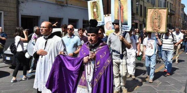 """La processione """"riparatrice"""" contro il gay pride: """"Gay peccatori contro natura"""""""