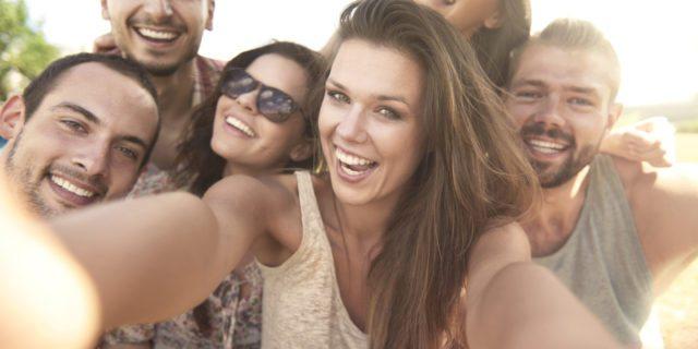 Fake Friends: c'è chi affitta amici per farsi selfie. Ecco come