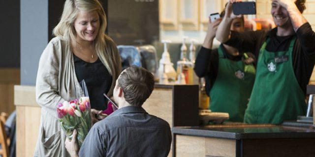 Chi vorrebbe ricevere una proposta di matrimonio da Starbucks come questa