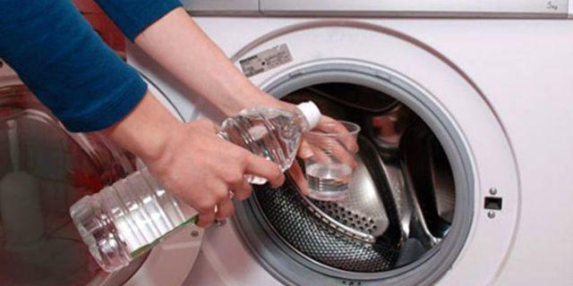 pulire la lavatrice aceto bianco