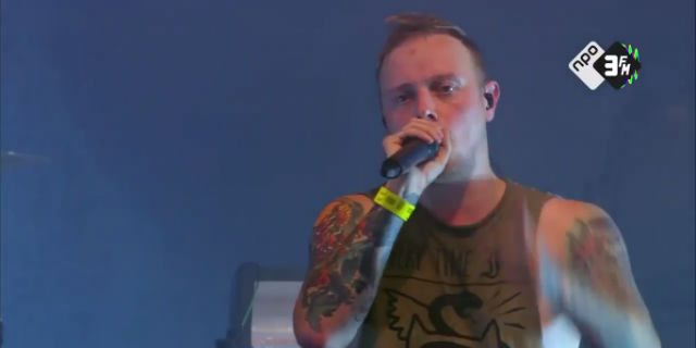 """Il cantante ferma il concerto per difendere una ragazza dalle molestie: """"È disgustoso"""""""