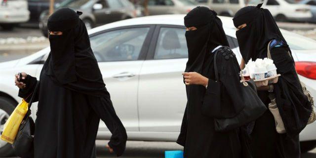 """Arabia Saudita: """"Le donne non possono guidare perché hanno un quarto di cervello"""""""