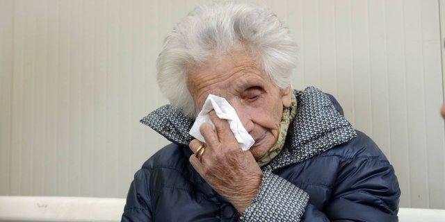 """""""Muori, vecchia di m..."""": gli insulti choc a Peppina, la nonna terremotata e sfrattata"""