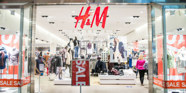 H&M sotto accusa: avrebbe bruciato 12 tonnellate di vestiti invenduti