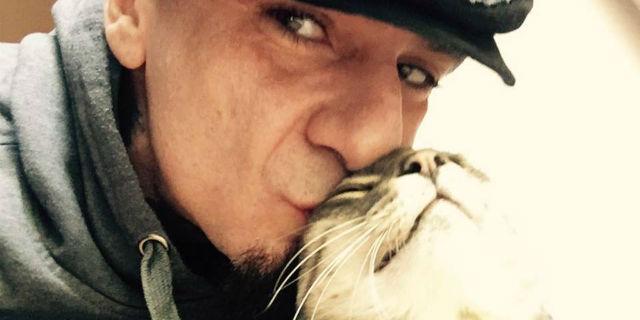 """L'addio di J-Ax al suo gatto: """"Mi hai salvato la vita"""""""