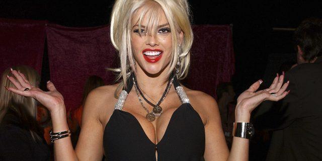 Anna Nicole Smith, sempre sorridente sulle riviste per morire di depressione a 39 anni