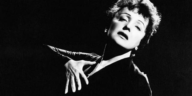 """L'infanzia nel bordello, lo stupro e la vera storia di Édith Piaf e dell'amore che """"uccise"""""""