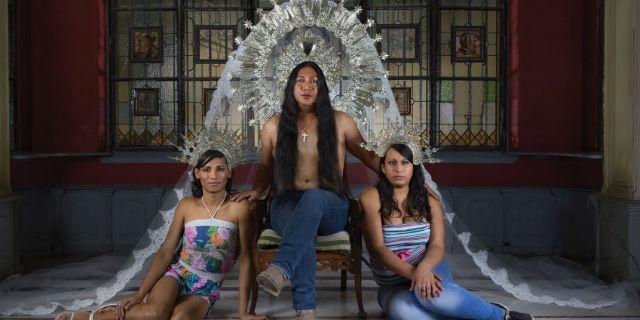 """""""Perché ho fotografato questi transessuali peruviani come dei santi"""""""
