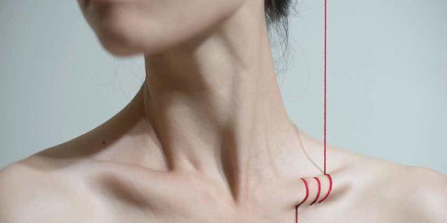 La sensualità grottesca e autolesionista delle donne nelle foto di Yung Chen Lin