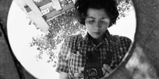 """Vivian Maier, l'esistenza segreta della """"bambinaia zitella"""" che fotografava la vita"""