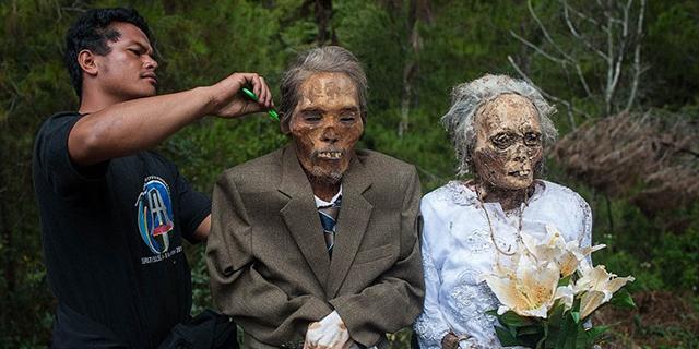 Ma'nene, il rituale indonesiano in cui si riesumano i morti per far festa con loro