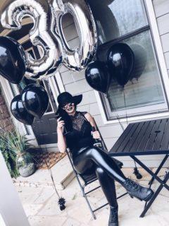 A 30 anni organizza il funerale della sua giovinezza: le reazioni del web