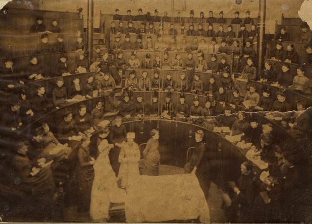 Tra cadaveri e libri: la vita in una delle prime scuole di medicina femminile